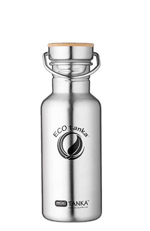 Produktbild der 600ml einwandigen Trinkflasche aus Edelstahl in Silber von ECOtanka mit Edelstahl-Bambus-Verschluss, unbehandelten Bambusplättchen und einem silbernen Tragebügel aus Edelstahl. Für einen leichten Transport. Der handliche Begleiter für klein und groß. Für Fahrrad- und Rucksackgetränkehalterungen geeignet.