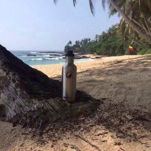 Bild der 1000ml einwandigen Trinkflasche aus Edelstahl in Silber von ECOtanka mit 2 teiligem Reduzier-Verschluss aus PP5 mit einer 2cm Trinköffnung. Der Robuste Begleiter bei Wanderungen, Outdoor und Camping. Für kohlensäurehaltige Getränke geeignet.