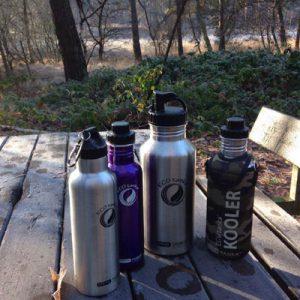 Bild der 2,0l einwandigen Trinkflasche aus Edelstahl in Silber von ECOtanka mit Poly-Loop-Verschluss in schwarz aus PP5. Für einen leichten Transport der Vorräte und Reserven. Der perfekte Begleiter bei Outdoor Aktivitäten oder langen Workouts mit praktischem Ausgießer für das Ausschenken von Getränken. Mit der 800ml einwandigen Trinkflasche aus Edelstahl in Violett mit 2 teiligem Reduzier-Verschluss aus PP5 mit einer 2cm Trinköffnung. Der ideale Begleiter für sportlich Aktive. Für kohlensäurehaltige Getränke, Fahrrad- und Rucksackgetränkehalterungen geeignet. Und der 800ml doppelwandig isolierenden Trinkflasche aus Edelstahl in Silber mit Poly-Loop-Verschluss in schwarz aus PP5, und zusätzlichen Karabinerhaken. Ideal für die sichere Befestigung an Rucksäcken, Taschen und Gürtel. Heißes bleibt lange heiß – kaltes länger kalt. Mit Schutzhülle aus Neopren in Camouflage mit Trageriemen. Bietet Schutz und zusätzliche Isolierung für die Edelstahl Trinkflasche. Besonders praktisch mit dem verstellbaren Trageriemen.