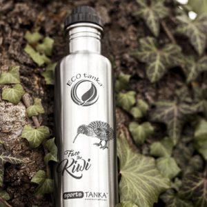 Bild der 800ml einwandigen Trinkflasche aus Edelstahl in Silber von ECOtanka mit 2 teiligem Reduzier-Verschluss aus PP5 mit einer 2cm Trinköffnung. Der ideale Begleiter für sportlich Aktive. Für kohlensäurehaltige Getränke, Fahrrad- und Rucksackgetränkehalterungen geeignet.