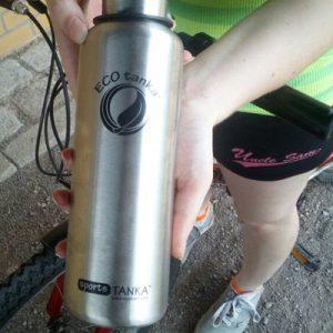 Bild der 800ml einwandigen Trinkflasche aus Edelstahl in Silber von ECOtanka mit 2 teiligem Sport-Verschluss aus PP5 mit Trinknippel für schnelles Trinken. Der ideale Begleiter für die Arbeit oder Freizeit. Für Fahrrad- und Rucksackgetränkehalterungen geeignet.
