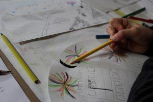Farbenfrohe Zeichnungen von den Kindern