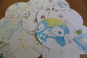 Viele Bilder, welche die Gedanken der Kinder wiederspiegeln