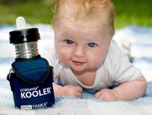 Baby mit Edelstahl-Trinkflasche und Kooler, präventiv gegen Kreidezähne