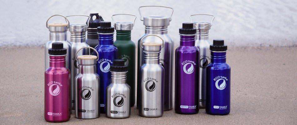 Bild der 800ml einwandigen Trinkflasche aus Edelstahl in Silber, Blau, Violett und Retro Grün von ECOtanka mit Edelstahl-Wave-Verschluss mit einem Edelstahl-Tragebügel. Der ideale Begleiter bei Freizeit Aktivitäten. Für Fahrrad- und Rucksackgetränkehalterungen geeignet. Mit der 2,0l einwandigen Trinkflasche aus Edelstahl in Silber mit Edelstahl-Verschluss und einem Edelstahl-Tragebügel. Der perfekte Begleiter bei Outdoor Aktivitäten, Reisen und beim Sport. Der 1000ml einwandigen Trinkflasche aus Edelstahl in Silber mit Edelstahl-Wave-Verschluss mit einem Edelstahl-Tragebügel. Der robuste Begleiter bei Outdoor Aktivitäten. Passt in viele Rucksäcke und deren Getränkefach. Der 600ml einwandigen Trinkflasche aus Edelstahl in Silber, Pink und Blau mit 2 teiligem Reduzier-Verschluss aus PP5 mit einer 2cm Trinköffnung. Der handliche Begleiter für Kinder und Erwachsene. Für kohlensäurehaltige Getränke, Fahrrad- und Rucksackgetränkehalterungen geeignet. Der 350ml einwandigen Trinkflasche aus Edelstahl in Silber mit 2 teiligem Reduzier-Verschluss aus PP5 mit einer 2cm Trinköffnung. Der Kompakte Begleiter für Kinder und Erwachsene auch für Kohlensäurehaltige Getränke geeignet. Und den 350 ml und 800ml doppelwandig isolierenden Trinkflaschen aus Edelstahl in Silber mit Edelstahl-Bambus-Verschluss, unbehandelten Bambusplättchen und einem silbernen Tragebügel aus Edelstahl. Für einen leichten Transport der Warm-, Heiß- oder Kaltgetränke. Heißes bleibt lange heiß – kaltes länger kalt.