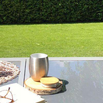Bild des 350 ml doppelwandig isolierenden Trinkbecher aus Edelstahl mit Keramik-Innenbeschichtung und Edelstahl Becherdeckel mit Bambusplättchen aus nachhaltigem Anbau und 350 ml doppelwandig isolierender Trinkbecher von ECOtanka. Die handlichen Begleiter für klein und groß. Die Trinkflasche ist für Fahrrad- und Rucksackgetränkehalterungen geeignet und die Trinkbecher der umweltfreundliche Coffee to Go Becher.