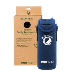 Produktbild der Schutzhülle aus Neopren in Blau für die 800ml sportsTANKA von ECOtanka mit Trageriemen. Bietet Schutz und zusätzliche Isolierung für die Edelstahl Trinkflasche. Besonders praktisch mit dem verstellbaren Trageriemen.