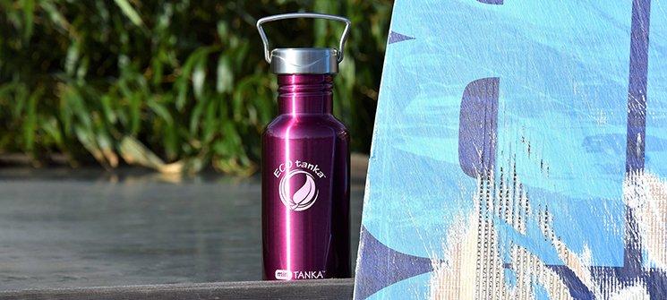 Bild der 600ml einwandigen Trinkflasche aus Edelstahl in Pink von ECOtanka mit Edelstahl-Wave-Verschluss mit einem Edelstahl-Tragebügel. Edelstahl Pur. Der robuste Begleiter für unterwegs