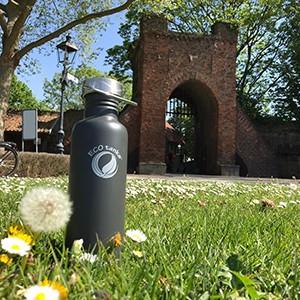 Bild der 800ml einwandigen Trinkflasche aus Edelstahl in Anthrazit/Oliv von ECOtanka mit Edelstahl-Wave-Verschluss mit einem Edelstahl-Tragebügel, Der robuste Begleite beim Sport und unterwegs, passt in alle Getränkehalterungen und Rucksäcke