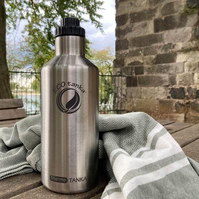 Bild der 1200ml doppelwandig isolierenden Trinkflasche aus Edelstahl in Silber von ECOtanka mit 2 teiligen Reduzier-Verschluss aus PP5 mit einer 2cm Trinköffnung. Der ideale Begleiter für Warm-, Heiß- und Kaltgetränke. Heißes bleibt lange heiß – kaltes länger kalt.