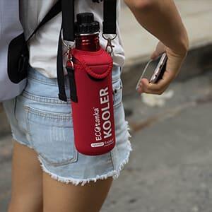 Bild der ECOtanka KOOLER Schutzhülle aus Neopren in Rot mit Trageriemen für die sportsTANKA 0,8l, perfekt um deine Edelstahl Trinkflasche zu schützen und zusätzlich zu isolieren