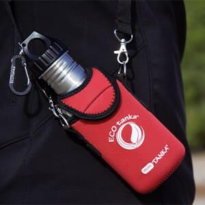 Bild der ECOtanka KOOLER Schutzhülle aus Neopren in Rot mit Trageriemen für die miniTANKA 0,6l, perfekt um deine Edelstahl Trinkflasche zu schützen und zusätzlich zu isolieren