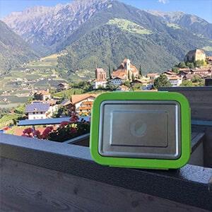 Bild der 2000ml Brotdose aus Edelstahl in Edelstahl-Optik von ECOtanka, mit Verschlussrahmen aus PP5 in Grün, der perfekte Begleiter um deine Mahlzeiten sicher zu transportieren