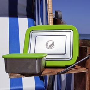 Bild der 2000ml Brotdose aus Edelstahl in Edelstahl-Optik von ECOtanka, mit Verschlussrahmen aus PP5 in Grün, pocketBOX 0,65l mit Deckel in grün aus lebensmittelechtem Silikon, die perfekten Begleiter um deine Mahlzeiten und Snacks sicher zu transportieren