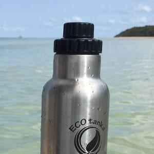 Bild des ECOtanka Reduzier Verschluss aus PP5 in schwarz mit 2cm Trinköffnung und Verschlusskäppchen, perfekt für ein angenehmes Trinken und das Getränk wieder sicher und dicht zu verschließen, am Wasser