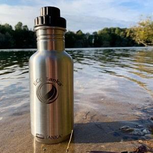 Bild der 600ml einwandigen Trinkflasche aus Edelstahl in Edelstahl-Optik von ECOtanka mit Reduzier-Verschluss aus PP5 mit einer 2cm Trinköffnung und Verschlusskäppchen in schwarz, der robuste Begleiter für unterwegs