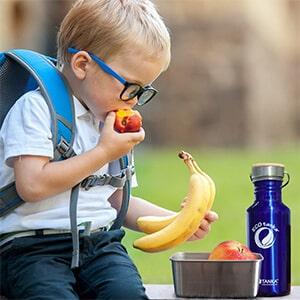 Bild der 600ml einwandigen Trinkflasche aus Edelstahl in Blau von ECOtanka mit Edelstahl-Bambus-Verschluss, unbehandelten Bambusplättchen und einem silbernen Tragebügel aus Edelstahl robuster Begleiter für unterwegs