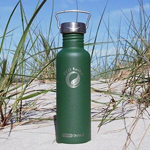 Bild der 800ml einwandigen Trinkflasche aus Edelstahl in Retro Grün von ECOtanka mit Edelstahl-Wave-Verschluss mit einem Edelstahl-Tragebügel, Der robuste Begleite beim Sport und unterwegs, passt in alle Getränkehalterungen und Rucksäcke