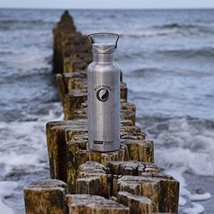 Bild der 800ml doppelwandigen isolierenden Trinkflasche aus Edelstahl in Edelstahl-Optik von ECOtanka mit Edelstahl-Wave-Verschluss mit einem Edelstahl-Tragebügel. Edelstahl Pur. Der robuste Begleite für unterwegs, hält durch die Isolierung deine Getränke länger heiß oder kalt.