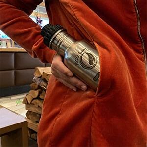Bild der 350ml einwandigen Trinkflasche aus Edelstahl in Edelstahl-Optik von ECOtanka mit Reduzier-Verschluss aus PP5 mit einer 2cm Trinköffnung und Verschlusskäppchen in schwarz, durch die Größe ideal für Säuglinge, Kinder und Erwachsene