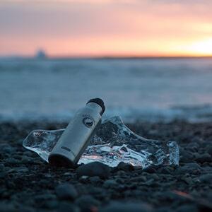 Bild der 800ml doppelwandigen und isolierenden Trinkflasche aus Edelstahl in Edelstahl-Optik von ECOtanka mit Edelstahl-Wave-Verschluss mit Reduzier-Verschluss aus PP5 mit einer 2cm Trinköffnung und Verschlusskäppchen in schwarz. Der robuste Begleiter für unterwegs, hält durch die Isolierung deine Getränke länger heiß oder kalt.