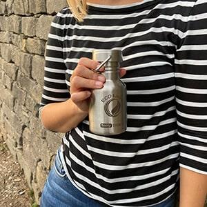 Bild der 350ml einwandigen Trinkflasche aus Edelstahl in Edelstahl-Optik von ECOtanka mit Edelstahl-Wave-Verschluss mit einem Edelstahl-Tragebügel. Edelstahl Pur. Der robuste Begleite und dank der kompaktem Größe ideal für Säuglinge, Kinder und Erwachsene