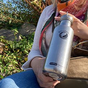 Bild der 1000ml einwandigen Trinkflasche aus Edelstahl in Edelstahl-Optik von ECOtanka mit Edelstahl-Bambus-Verschluss, unbehandelten Bambusplättchen und einem silbernen Tragebügel aus Edelstahl, die perfekte Trinkflasche für Familie, Freizeit, Reisen, Outdoor und Sport.