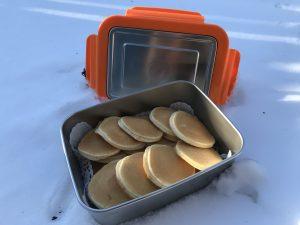 Edelstahl Lunchbox mit Pancakes im Schnee