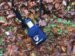 Edelstahl Trinkflasche für Kinder auf Waldboden