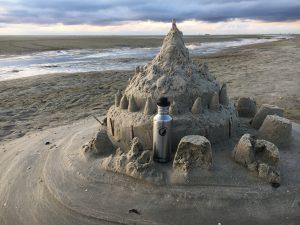 Edelstahl Trinkflasche am Strand
