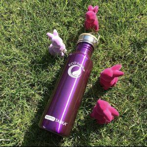 Lilafarbene Edelstahl Trinkflasche mit Osterdeko