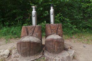Edelstahl Trinkflaschen auf Holzbauten