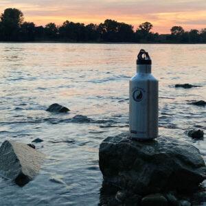 Edelstahl Trinkflasche am Wasser