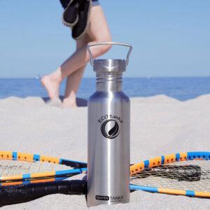 Trinkflasche aus Edelstahl am Strand