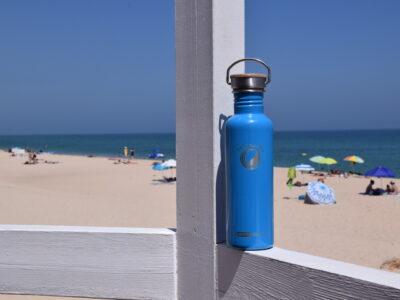 blaue Edelstahl Trinkflasche Strand
