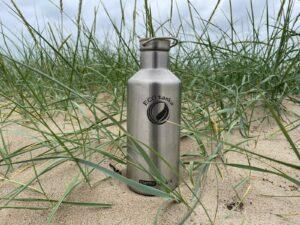 große Trinkflasche am Strand