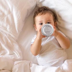Kleinkind mit Edelstahlflasche